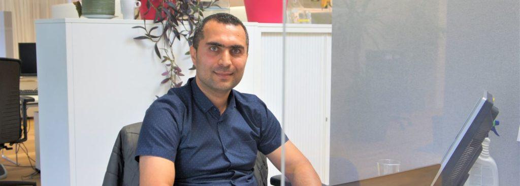 Trajectbeleider Khyber aan zijn bureau