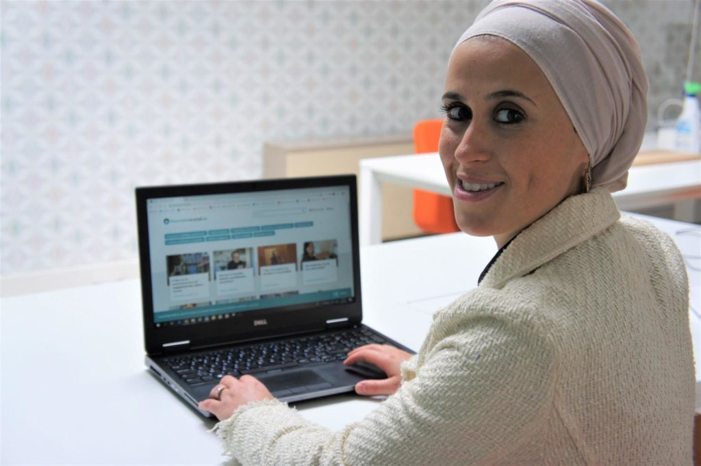 Ilhame toont diversiteitspraktijk op haar laptop